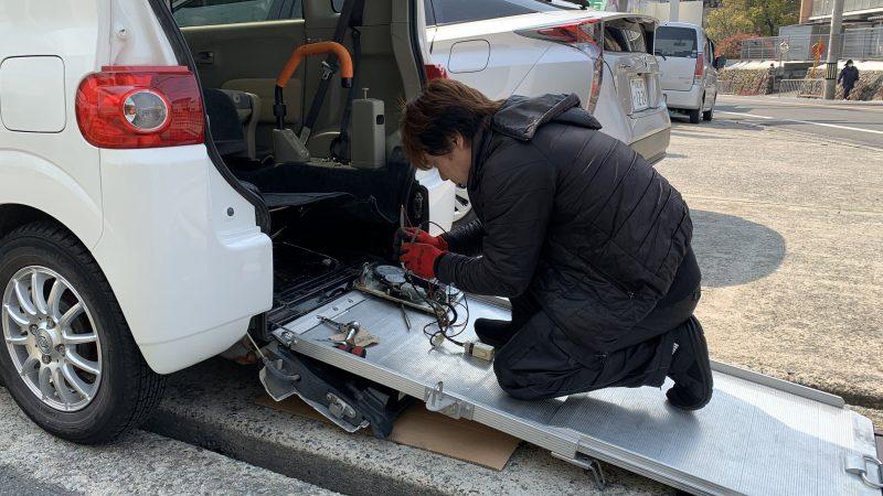 福祉車両の車いす固定装置の修理です。タントスローパー車いす固定装置故障