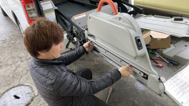 福祉車両 キャラバン オートリフト昇降時に動きが止まる症状を修理しました。